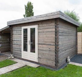 Lugarde-blokhut B8 is een vierkante blokhut met een rustiek uiterlijk. Deze blokhut heeft een plat dak en een glazen deur.